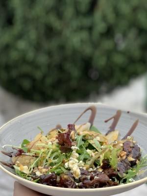 Салат с карамелизированной грушей и куриной печенью
